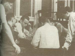 Вернер Гейзенберг (спиной к читателю) играет в шахматы после вторничного семинара в Институте теоретической физики Лейпцигского университета, 21 мая 1935 года