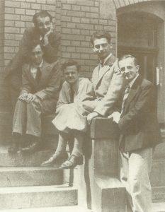 Карл Фридрих фон Вайцзеккер и другие ученики Гейзенберга перед зданием Физического института Лейпцигского университета, лето 1934 года.