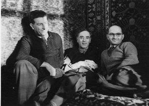 Рисунок 1. Е.Л. Фейнберг, Л.Д. Ландау, Е.М. Лифшиц на знаменитой тахте в квартире Ландау