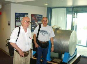 Профессоры В.Б. Брагинский и Ф.Я. Халили у детектора веберовского типа