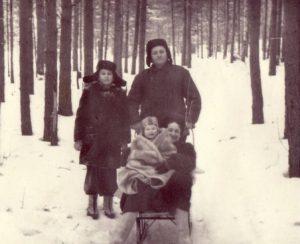 Автор на прогулке в лесу на объекте с родителями