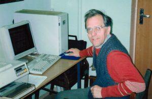 Б.А.Гришанин за работой на компьютере в лаборатории.