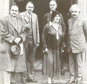Альберти Эльза Эйнштейн(справа) и Вальтер Майер(слева) с коллегами из Калифорнийского технологического института, Калифорния, США, 1931 г.