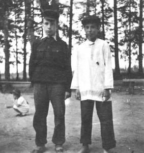 Виктор Пивоваров (в белой рубашке) и Игорь Коганв театральных костюмах. Фото 12-летнего автора.
