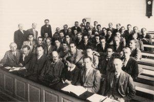 Участники конференции в копенгагенском Институте физики. В первом ряду слева направо: Бор, Гейзенберг, Паули, Штерн, Мейтнер, Ладенбург, Якобсен, сентябрь 1937 г.
