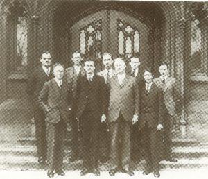 Слева направо в первом ряду Вернер Гейзенберг, Поль Дираки Фридрих Хунд(крайний справа) с сотрудниками Чикагского университета, 1929 г.