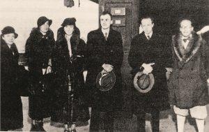 Слева направо: мать Гейзенберга, жена Шрёдингера, мать Дирака, Поль Дирак, Вернер Гейзенберг, Эрвин Шрёдингерна пути в Стокгольм для получения Нобелевских премий, 1933 г.