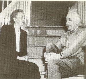 Алберт Эйнштейн с Ирен Жолио-Кюрив Принстоне, март 1948 г.