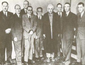 Участники научной конференции, посвященной 70-летию Альберта Эйнштейна в Принстоне. Слева направо: Говард Робертсон, Юджин Вигнер, Герман Вейль, Курт Гёдель, Исидор Раби, Альберт Эйнштейн, Рудольф Ладенбург, Роберт Оппенгеймер, Геральд Клеменс, 1949 г.