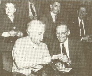 Альберт Эйнштейн(слева) с Рудольфом Ладенбургом,май 1950 г.