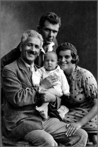 Семья. Дед, отец, мать, их сын. 1935 г.