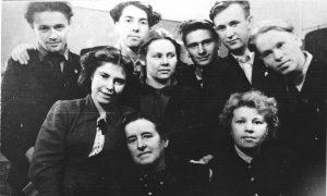 ФОТО №1. Университетская «Драма». Сергей Юрский в верхнем ряду: второй слева.