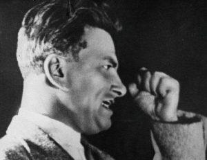 Маяковский читает стихи (кадр кинохроники)