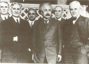В первом ряду слева направо: Альберт Абрахам Майкельсон, Альберт Эйнштейн, Роберт Эндрюс Милликен, Пасадена, США, 1931 г.