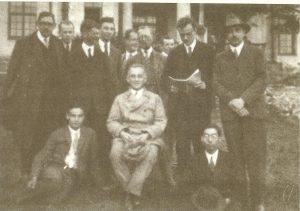 Макс Борн(сидит в центре) с коллегами в Гёттингене. С газетой стоит Поль Дирак, в заднем ряду Роберт Оппенгеймер, 1920-е годы
