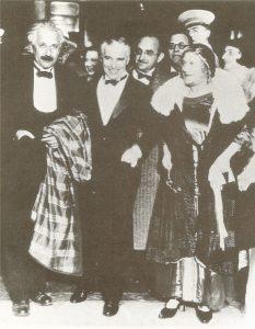 """Альберт Эйнштейнс Чарли Чаплинымпосле премьеры фильма """"Огни большого города"""", Пасадена, 1931 г."""