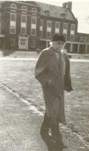 Альберт Эйнштейнна пути с работы домой, 1952 г.