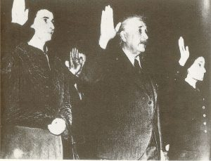 Слева направо: Хелен Дюкас, Альберт Эйнштейн, Марго Эйнштейндают клятву при получении американского гражданства, Трентон (Нью-Джерси) США, 1 октября 1940 г.