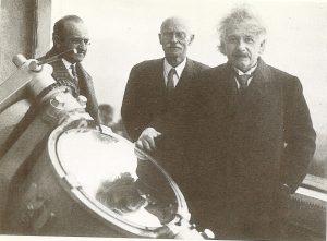 Альберт Эйнштейн(справа) вместе с ассистентом Вальтером Майеромс(слева) в обсерватории Маунт-Вилсон в Калифорнии, США, 29 января 1931 г.