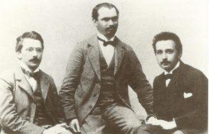 С Морисом Соловиным Эйнштейн дружил с юношеских лет до конца жизни. На снимке: основатели Академии «Олимпиа» слева направо: Конрад Хабихт, Морис Соловин, Альберт Эйнштейн, начало 1900-х годов