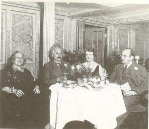 """Эльзаи Альберт Эйнштейн(слева) вместе с ассистентом Вальтером Майером(справа) на борту парохода """"Германия"""" возвращаются в Европу после поездки в Америку, 1931 г."""