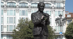 1. Памятник Федерико Гарсиа Лорке в Мадриде на площади Санта-Ана