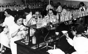 8. Студентки Резиденции дэ сеньоритас (Residencia de Señoritas) занимаются в лаборатории