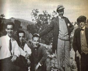 9. крайний справа – испанский композитор Мануэль де Фалья; крайний слева – Федерико Гарсиа Лорка