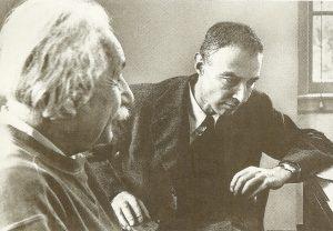 Альберт Эйнштейн(слева) и Роберт Оппенгеймер, конец 1940-х годов