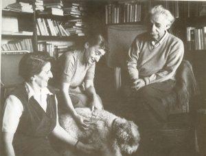 Альберт Эйнштейн с секретарем Хелен Дюкас(слева) и приемной дочерью Марго, 1950-е годы