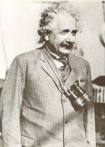 Простота и скромность отличали поведение и внешний вид Альберта Эйнштейна. Во время путешествия по Америке оперный бинокль на простой бечевке заменял ему подзорную трубу, 1931 г.