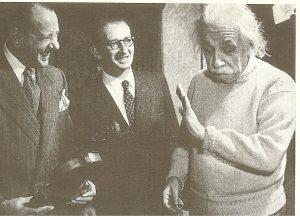Альберт Эйнштейн(справа) категорически отказывается взять скрипку, которую ему предлагает композитор Герберт Крацман(слева), 1950-е годы