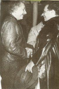 Альберт Эйнштейн(слева) встречает сына Ганса Альбертав Америке, 1937 г.