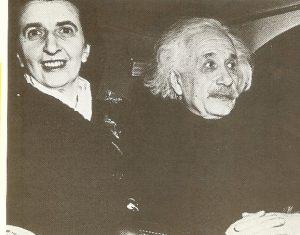 Альберт Эйнштейни Хелен Дюкас, которая после смерти Эльзы вела домашнее хозяйство и переписку учёного