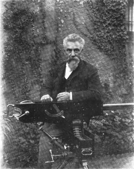Сэр Хирам Максим со своим пулемётом.
