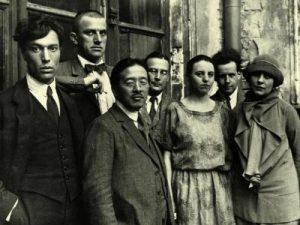На групповом снимке 1924 г. слева направо Б. Пастернак, В. Маяковский и другие. (Крайняя справа — Лиля Брик, позади нее С. Эйзенштейн)