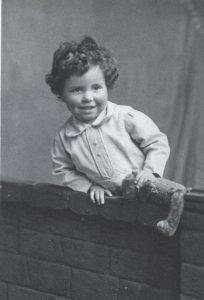 """Подпись Хойла под этим фото гласит: """"Это я в раннем детстве, как видно ошибочно убеждённый в том, что мир гораздо лучше, чем впоследствии оказалось""""."""