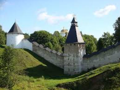 Тайловская башня, башня Верхних решёток и крепостная стена Псково-Печёрского монастыря