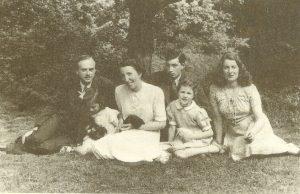 Поль Дирак(слева) с семьей на лужайке за его домом в Кембридже. Третья слева жена Манси, рядом с ней их общие дочери Моника и Мари, за ними дети Манси от первого брака: Габриэль и Джуди, 1946г.