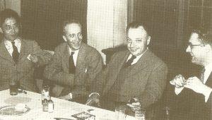 Вольфганг Паули (второй справа) с коллегами на вечеринке по случаю присуждения ему Нобелевской премии 1945 г.
