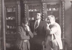 Эрмитаж. Съёмка в хранилище фарфора. Справа налево — П. Устинов, С.Андреев, переводчик. Апрель 1979
