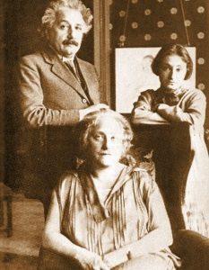 Эйнштейн с Эльзой и ее дочерью Марго в Берлине. 1930 г.