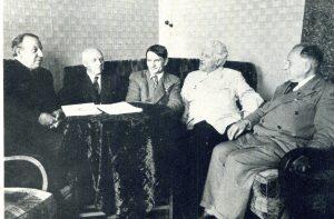 Т. Лысенко и И.Г. Эйхфельд (второй слева) в момент посещения Трофимом Лысенко в 1940 году Всесоюзного института растениеводства вскоре после ареста Вавилова (из архива ВИР).