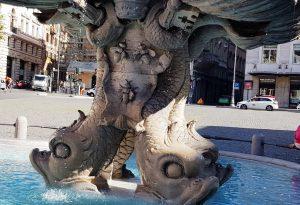 Рис. 16. Фонтаны Джанлоренцо Бернини. (б) «Тритон» с изображенем фамильного герба Барберини с тремя пчёлами.