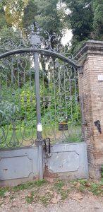 Рис. 19. Вот за этими закрытыми воротами находится заколдованная Аллея Маргарет Фуллер Оссоли.