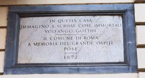 Рис. 8. (б) Мемориальная доска на стене дома гласит: «В этом доме Вольфганг Гёте создал бессмертные литературные произведения. Установлено муниципалитетом Рима в память о своем великом госте в 1872 г.