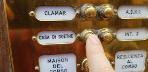 Рис. 8. (в) Мне очень нравилось, что в дом Гёте можно зайти, как в гости в любую другую римскую квартиру; нажимаешь кнопку звонка у входа, и дверь открывается