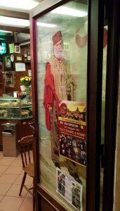 Рис. 14. (а) Портрет Гарибальди на двери бара Яникулум.