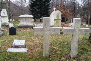 Рис. 3. Часть участка семьи Фуллеров на кладбище Маунт-Оберн. Слева могила Баки и его жены (см. также рис. 4), справа — его родителей и Кэролайн Уолкотт Фуллер (урожденной Эндрюс, 1869–1934) Ричарда Бакминстера Фуллера Старшего (1861–1910) . Фото автора статьи.