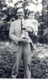 6. Г.Д. Карпеченко с дочерью на даче под Ленинградом. Из домашнегоархива семьи Карпеченко.